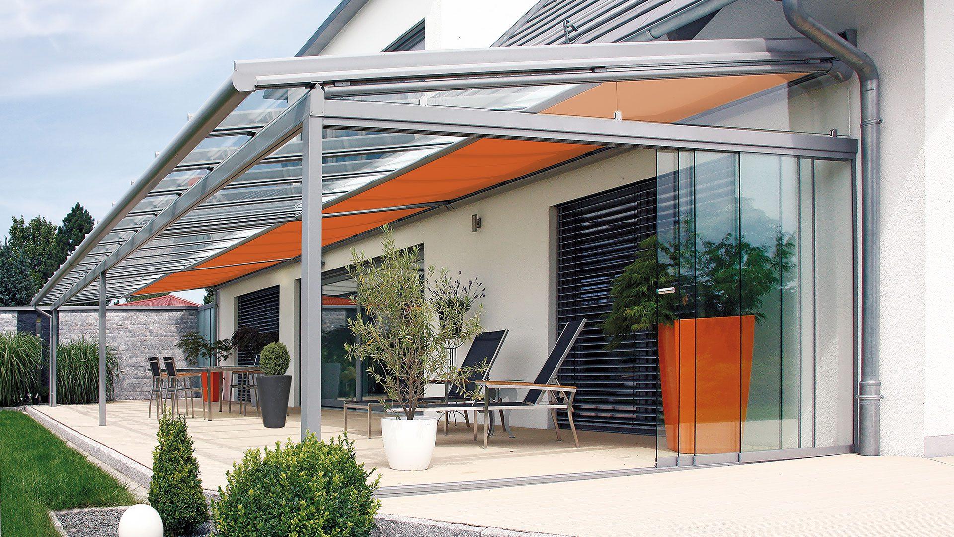 Große Terrassenüberdachung mit Ganzglas Schiebetüren